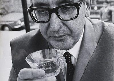 Catando un vino Albariño en Cambados, en los años 60.