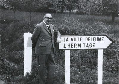 Álvaro Cunqueiro en las cercanías de Rennes, durante su viaje a Bretaña en 1963