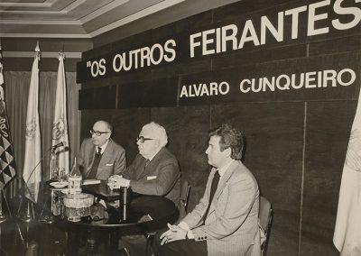 Álvaro Cunqueiro y Francisco Fernández del Riego en Vigo durante la presentación de su libro Os outros Feirantes, en el año 1979